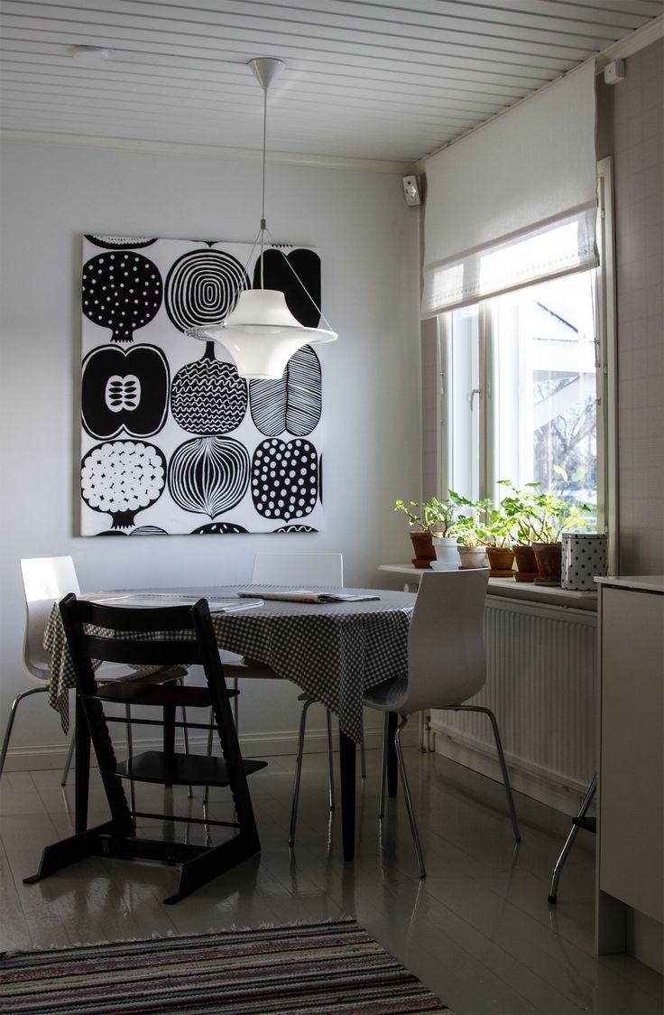 Ruokailunurkkaus, ruokapöytä, valkoiset pellavaverhot, Marimekko Vatruska kangastaulu, Stokke Trip trap. Dining table, white linen curtains.