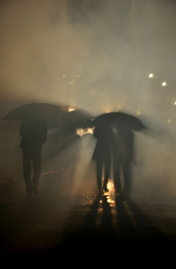 Viver Intensamente | mist | umbrella | night | light | walk | crowd | photography |