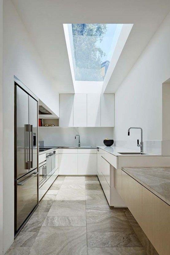 Moderne Weiße Küche Grifflos Mit Glasdach. Bodenfliesen In Natursteinoptik  Im Multiformat.