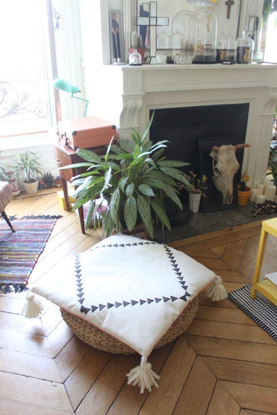 Matière : Face 100% coton / Encre à eau / Pompons en laine mèche de merinos Dos 100% lin rose clair Dimension : 60x60cm Intérieur : garniture