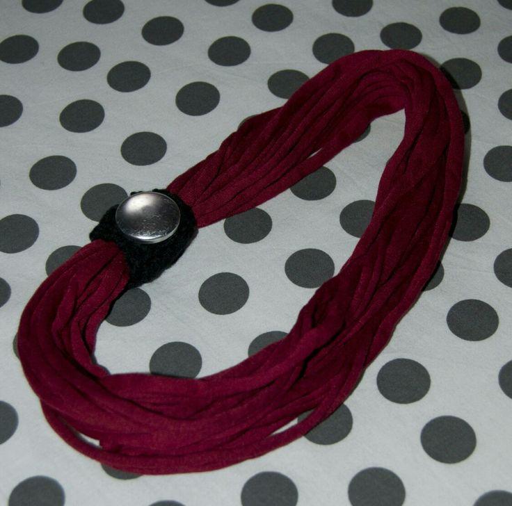 Collana @gallipot realizzata con fettuccia bordeaux, lana nera lavorata a uncinetto e bottone argento