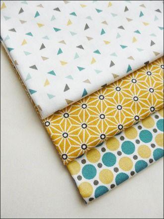 Lot de trois coupons de tissu coton imprimé triangles, pois et motifs japonais étoiles Coloris jaune moutarde, blanc, bleu turquoise, beige, marron, bleu canard Dimensions - 7291250