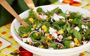 Exotiska smaker i en färgrik sallad med salta nötter, syrlig ost och fruktig mango. God på buffén eller till det mesta från grillen.