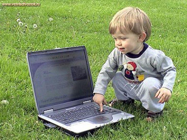 мальчик у ноутбука