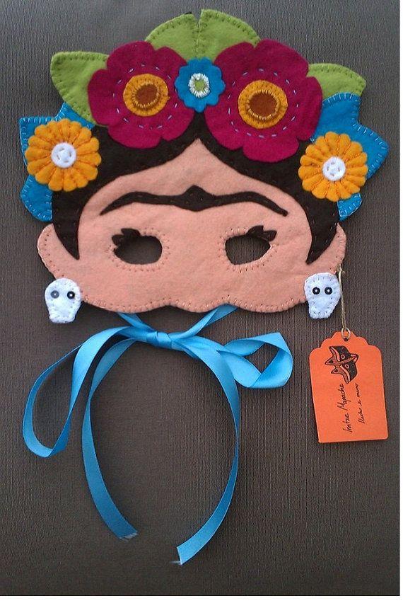 Mascara de fieltro hecha a mano, diseño inspirado en la artista mexicana Frida Kahlo, cosida con dalias de algodon. Fieltros sinteticos y lazo para
