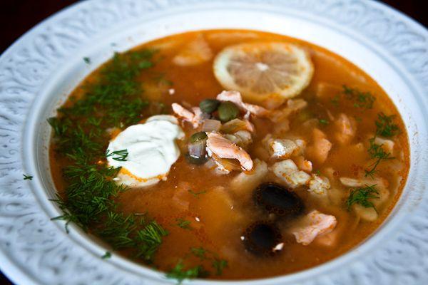 Солянка рыбная сборная из трех видов рыбы: свежая, малосольная и копченая, с томатной пастой