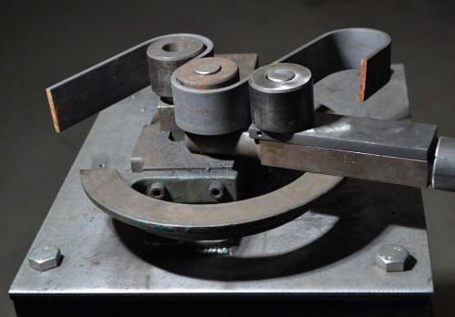 moyens de productions, machines : rouleuse à tôle, voluteuse, bordeuse moulureuse, et diverses machines pour travailler l'acier