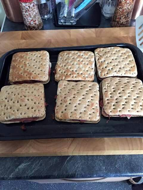 Kingsmill sandwich thins, corned beef, potatoes & red onion n seal with egg. Bake 5mins or until crisp. Can also use tinned stewing steak or cheese n beans or beans n sausage or cheese n potatoe or any filling of choice really. Great way to get pasty fix without the high cal pastry!
