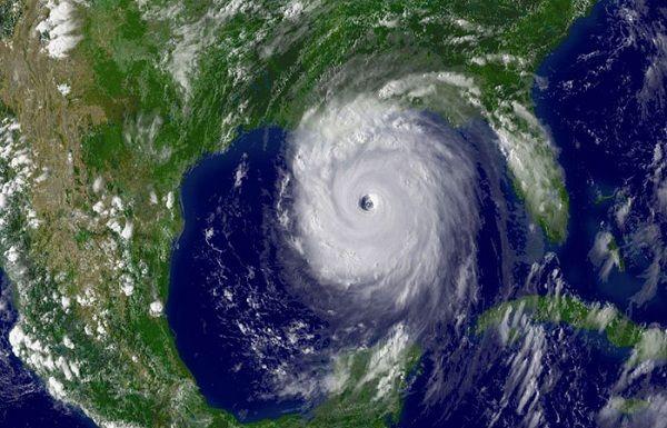 ''Matthew'' se intensificó a huracán categoría dos a mil 925 kilómetros al este-suroeste de las costas de Quintana Roo, informó el Servicio Meteorológico Nacional (SMN).   El ciclón tropical se ubicó a aproximadamente a mil 925 kilómetros al este-sureste de las costas de Quintana Roo y a 205 kilómetros al norte de la Isla Curazao.   ''Matthew'' se desplaza al oeste-suroeste a 22 kilómetros por hora con vientos máximos sostenidos de 165 kilómetros por hora y rachas de hasta 195 kilómetros…