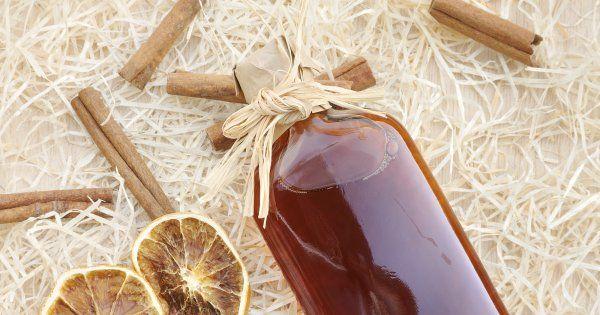 Vin d'orange de ma grand-mère - Cuisine et Vins de France INGRÉDIENTS VIN D'ORANGE DE MA GRAND-MÈRE 5 oranges amères 1 citron 5 l de vin blanc ou rouge 1 kg de sucre 1 l d'eau-de-vie 2 bâtons de vanille ÉTAPES VIN D'ORANGE DE MA GRAND-MÈRE Râpez légèrement la peau des oranges et du citron. Coupez-les en quartiers. Dans une dame-jeanne ou dans un grand bocal, mélangez les oranges et le citron avec le vin. Ajoutez l'eau-de-vie, le sucre et la vanille coupée en morceaux. Faites macérer 40…