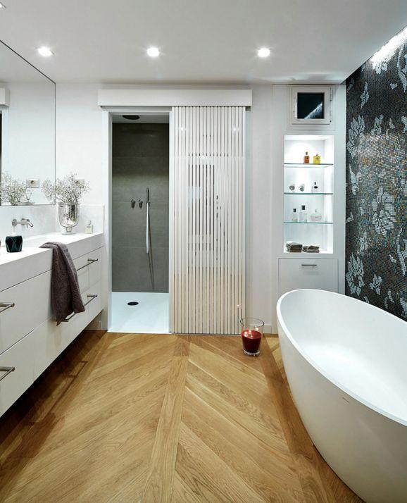 Baño Blanco Suelo Madera: baño moderno y amplio con suelos de madera y todo en tono blanco More