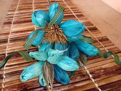 Gonçalves - Artesanato Regional: Flores de palha de milho, natural e colorido.