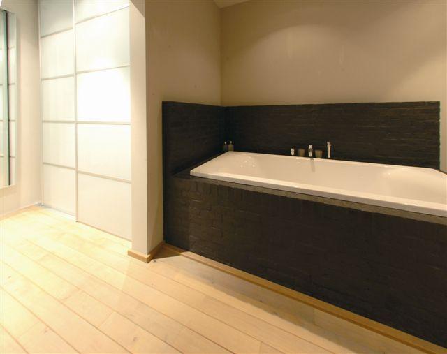 Maatkast met wit lakglas in badkamer.