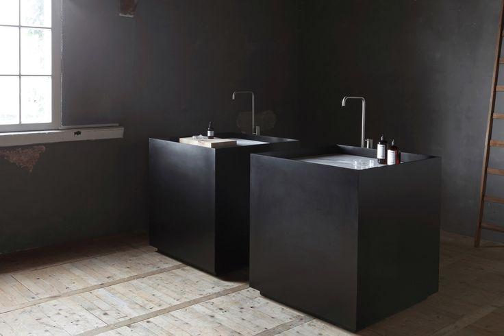 Scape wastafel van NOW met terugvallende plint en diverse inzetstukken voor in de wastafel. Hiermee is het gemak van de Scape wastafel aan te passen aan de aard van gebruik.