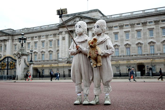 The masked twins were part of a stunt to promote Tim Burton's fantasy filmMiss Peregrine's Home for Peculiar Children. Commuters and tourists in London might have experienced a bit of confusion when they came across a set of very unusual-looking twins on Monday.