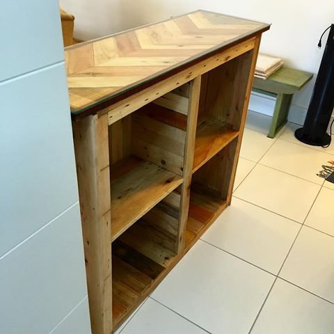Balcão com nichos feito em madeiras de palete e tampo de vidro. #paletá #mobiliáriosustentável #sustainablefurniture #upcycle #upcycled #sustentável #sustainable #reclaimed #reclaimedwood #madeirareutilizada #designdeinteriores #interiordesign #recicle #recycle #eco