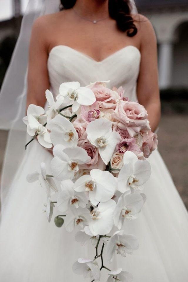 bouquet de mariée en cascade d'orchidées blanches et roses