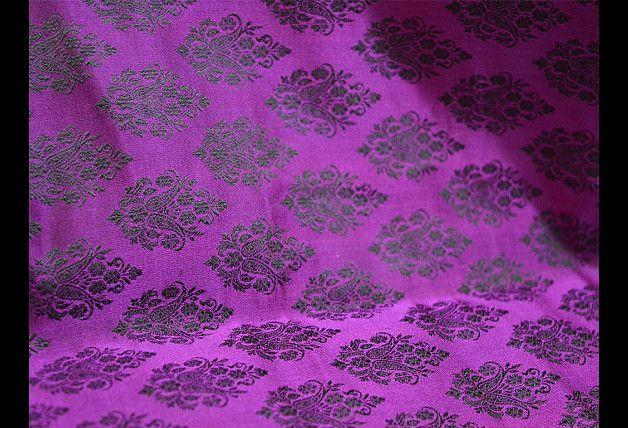Ceci est une belle benarse pur brocart de soie tissu motif floral en violet et noir. Le tissu tissé illustrent petite laisse motifs. Vous pouvez utiliser ce tissu pour faire des robes, des tops,...