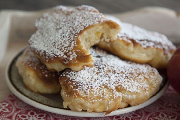 2-3 jabłka 1 jajko 3 łyżki cukru 1 szklanka mleka 2 szklanki mąki 2 łyżeczki proszku do pieczenia (płaskie) olej do smażenia cukier puder do obsypania racuchów Mąkę przesiać z proszkiem do pieczenia, połączyć z resztą składników i dokładnie - najlepiej rózgą kuchenną - wymieszać. Jabłka obrać, pokroić w niezbyt duże cząstki (ok 2-3 cm) i dodać do ciasta. Wymieszać. Na patelni rozgrzać olej, wylewać chochlą placuszki i smażyć z obu stron na średnim ogniu do zezłocenia. Gotowe wyłożyć na…