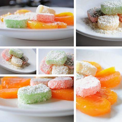 Jablkové želé bonbóny 500 g jablek 250 g cukru 80 g kokosu na obalení 40 gčirého dort želé 250 ml vody Jabl pyré dáme do hrnce, cukr smícháme s dort želé a zamícháme k jablkům Za stálého míchání, na mírném zdroji tepla, necháme hmotu 3 min probublávat Rozvařené želé nalijeme do formy na 3 cm, necháme ztuhnout, nakrájíme obalíme ve strouhaném kokosu.