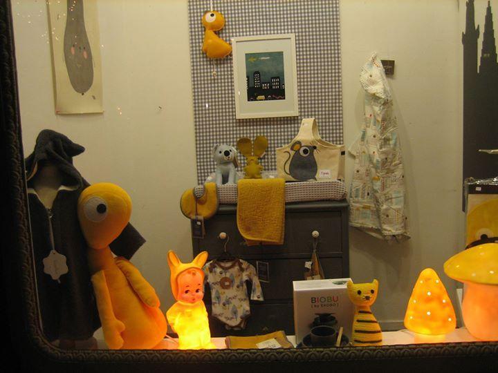 Vitrine Jut en Juul Lifestyle for Kids Ook nog even de kleine etalage snel opnieuw gedaan vanmiddag. Geel en grijs is het nog een keer geworden! Kon het toch niet laten:-)) Lampjes branden gezellig!