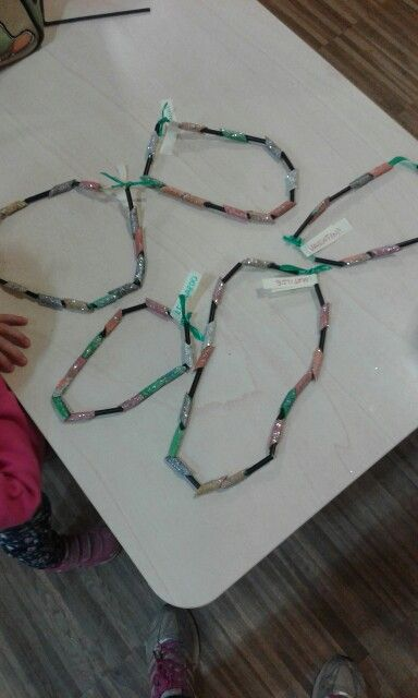 Thread the colored pasta and the small parts of the black straws to create necklaces, crowns or bracelets. Easy for children form 4 year...Sparkling!!!
