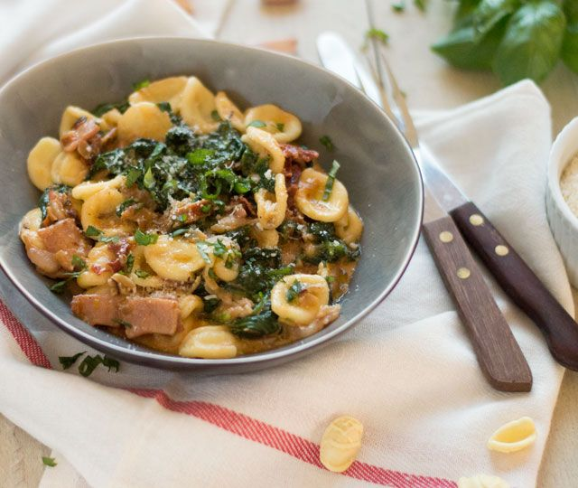 Pasta met spinazie, room en bacon: ✓ binnen 30 minuten op tafel ✓ lekker, makkelijk en gezond ✓ weinig ingrediënten ✓ waanzinnig lekker