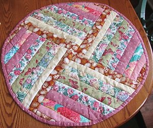 Best 25 quilted table toppers ideas on pinterest jelly for Round table runner quilt pattern