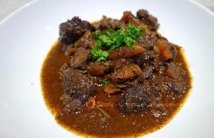 La daube de joues de boeuf est une spécialité provençale fondante et parfumée. La viande est marinée puis cuit lentement pendant 4h.
