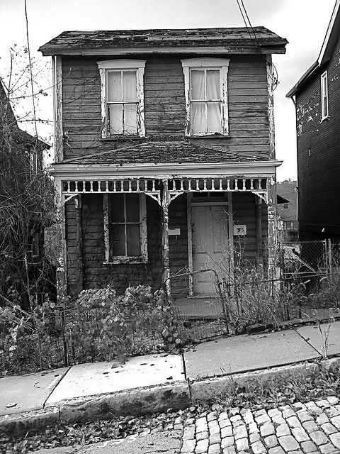 Abandoned little house in McKeesport, PA. So cute. I'd like to go on a trip and find loads of abandoned places.