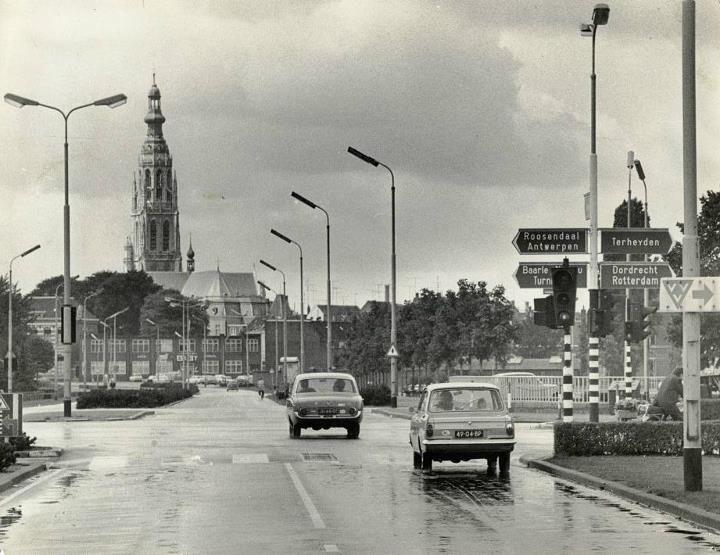 Breda. Claudius Prinsenlaan in de jaren 60. Links en rechts de Wilhelminasingel en op de achtergrond de Grote Kerk.