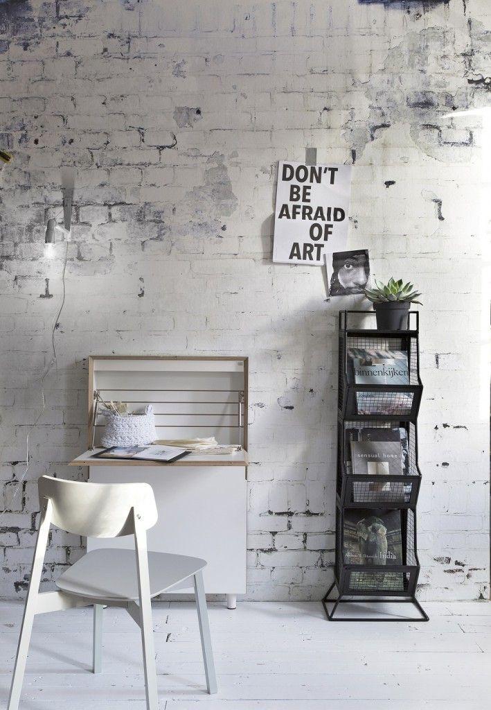 Gaaf behang, net alsof je een stenen muur hebt. Meer wooninspiratie voor het inrichten van je huis op http://www.interieurinspiratie.nl/