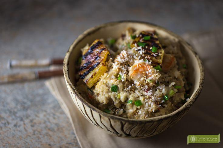 Ryż po tajsku smażony z mleczkiem kokosowym, grillowanym ananasem, krewetkami lub kurczakiem
