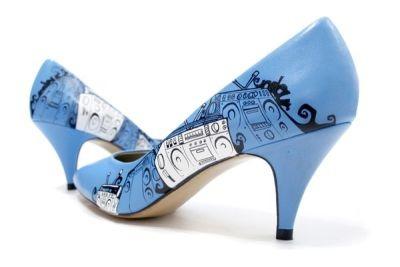 zapatos raros y extravagantes, tacones celestes con estampado