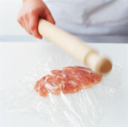 叩いて焼くだけ!鶏ささみで作る「パリパリささみチップス」が簡単で激うま! - Spotlight (スポットライト)      作り方  1. ささみは一口大に切り、ラップで挟み麺棒でたたく。    出典 http://www.gettyimages.co.jp  とんとん♪ばんばん♪とんばんばん♪  ストレス発散にもなりますよ。