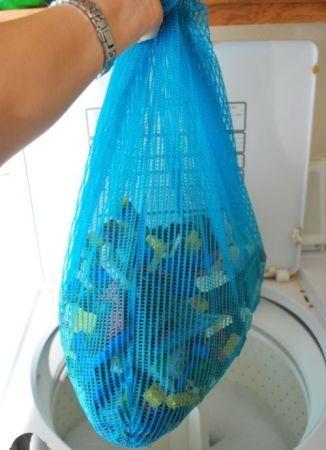 Para lavar las piezas pequeñas de cualquier juguete, usa una bolsa de lavandería de ropa interior y no perderás ninguno ni atascarás la lavadora.