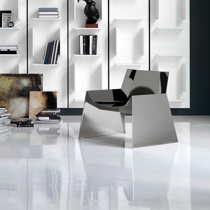 La Poltroncina Alaska, disegnata da Emilio Nanni per Cattelan Italia, si distingue per il suo design ultramoderno e futurista. In acciaio inox lucido, è molto confortevole nella sua seduta.