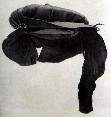 Baret z žlutohnědé usně z divočiny, 2. čtvrtina 16. století, Berlín - Zbrojnice.  Převzato z Manliche Kleidung in der suddeutschen Renaissance, S. F. Christensen, 1934
