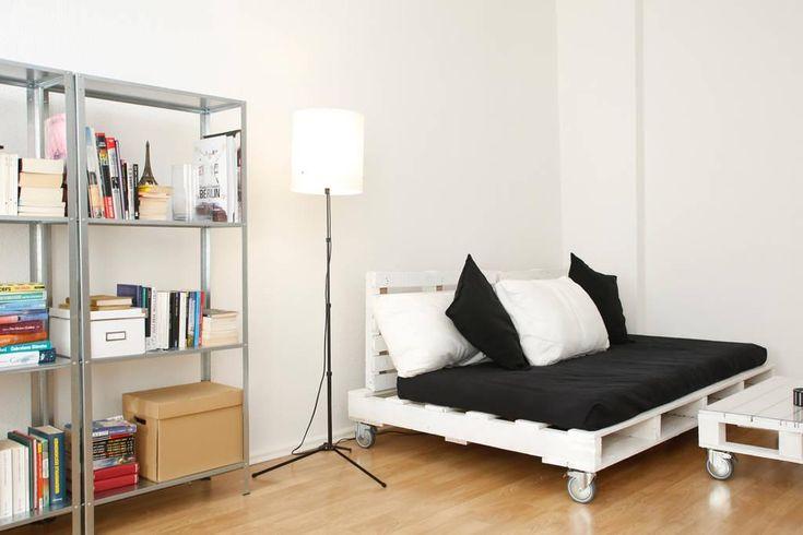 Weiß gestrichenes Sofa und Wohnzimmertisch aus Paletten ...