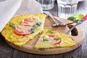 Dietní hit: Pizza placka z květáku. Bez mouky, bez lepku a s minimem kalorií!