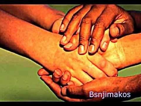 Χέρια σαν και αυτά Τραγουδούν οι : Locomondo Υπάρχουν χέρια που φυτεύουν ένα δένδρο Και άλλα χέρια που του βάζουνε φωτιά. Υπάρχουν χέρια που σαν πέσεις σε ση...