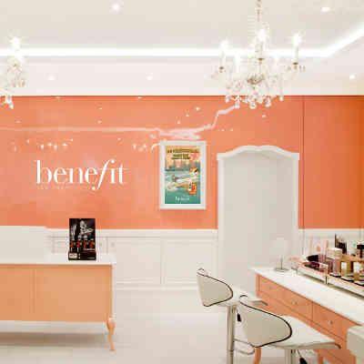 Spécialiste, la 1ère boutique @benefitbeauty en France a ouvert à Paris en 2014. Après les brow bar Benefit @sephora c'est un espace 100% dédié à la marque et à la beauté du regard. Au menu, ligne de sourcils, teinture, pause de faux-cils, leçon de make-up... Pour elle et pour lui ! http://www.spa-etc.fr/lieux/benefit,1205.html @Spa_Etc