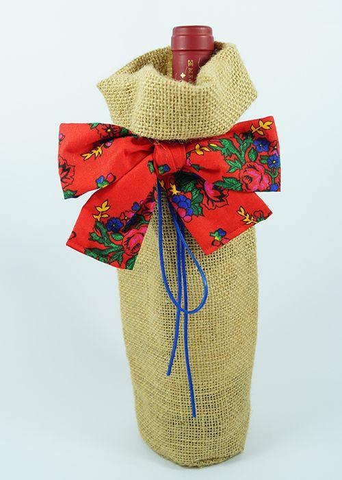 Jutowy worek z kakardą w folkowe kwiaty.   Burlap wine bag with folk-flowers bow.