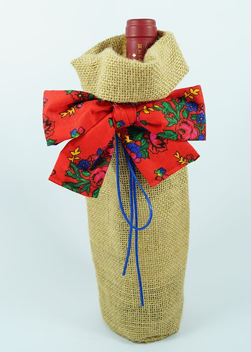 Jutowy worek z kakardą w folkowe kwiaty.   Burlap wine bag with folk-flowers bow.