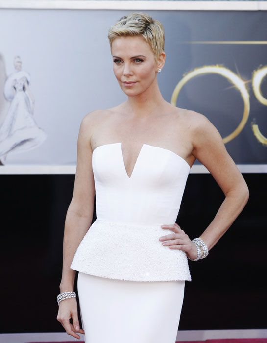 Charlize Theron en Harry Winston http://www.vogue.fr/joaillerie/red-carpet/diaporama/oscars-2013-bijoux-parures-chopard-jennifer-lawrence-harry-winston-jessica-chastain-charlize-theron-van-cleef-arpels-renee-zellweger-tiffany-co-anne-hathaway-louis-vuitton-joaillerie-naomi-watts/11972/image/714564#oscars-2013-parure-bijoux-charlize-theron-harry-winston