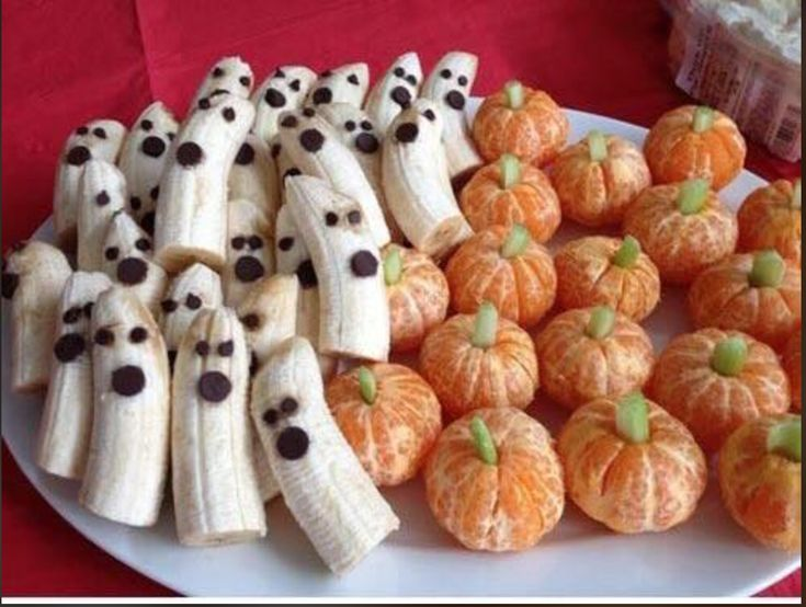Comida divertida de halloween Halloween food ideas Halloween Desserts, Buffet Halloween, Bonbon Halloween, Creepy Halloween Food, Halloween Snacks For Kids, Soirée Halloween, Hallowen Food, Healthy Halloween Treats, Halloween Appetizers