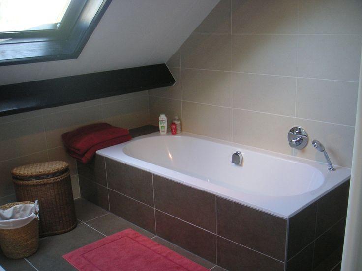 Bad onder schuin dak afgewerkt met tegels inbouwkraanwerk van hansgrohe met exafill vulling - Mat tegels ...
