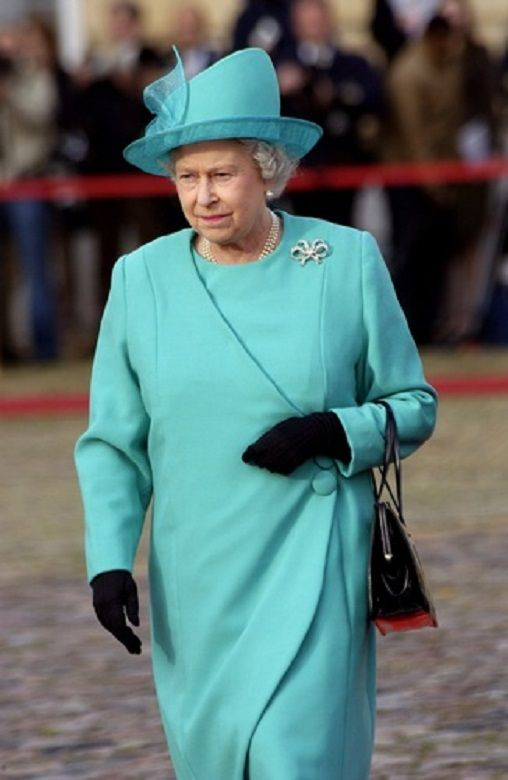 2004 QEII visits Berlin - wearing one of Queen Victoria's Bows. In 1858, Queen Victoria had Garrard make her three bow brooches out of 506 diamonds she supplied. Two of the brooches are large, and one is a bit smaller. These bows were among the jewels she left to the Crown in her will, and they've passed from queen to queen ever since.