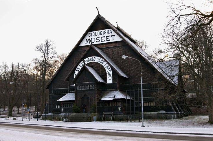 Museet innehåller samlingar av skandinaviska däggdjur och fåglar i sin naturliga ekologiska miljö.  De stora bakgrundsmålningarna skapades av  Bruno Liljefors