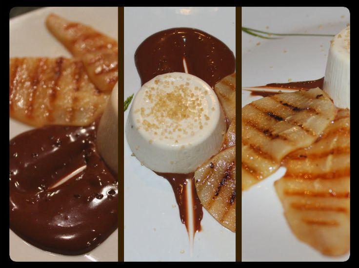 panna cotta su glassa di cioccolato e pere alla piastra